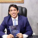 Osmar Filho é presenteado com obra literária da Academia Ludovicense de Letras