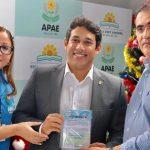 Osmar Filho visita APAE e anuncia mais recursos de emenda parlamentar